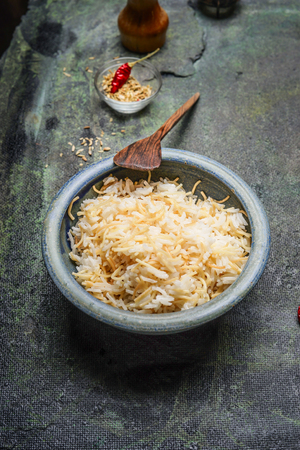 comida arabe: Fideos fritos y arroz en un recipiente r�stico, comida �rabe