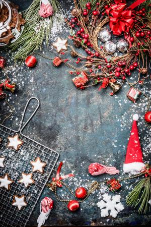 tree top view: Carte de Noël avec diverses décorations d'hiver, biscuit, neige et couronne sur fond bleu cru, vue de dessus. Cadre, vertical Banque d'images