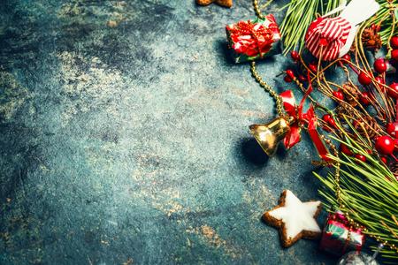 galletas de navidad: Fondo de la Navidad de la vendimia con la decoración roja, ramas de abeto y galletas, horizontal Foto de archivo
