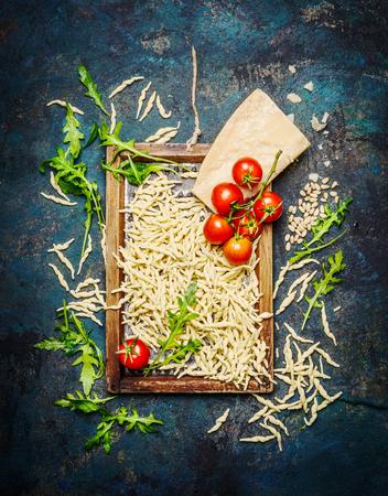 comida italiana: Pastas con los ingredientes para cocinar en el fondo rústico, vista desde arriba. concepto de la comida italiana.