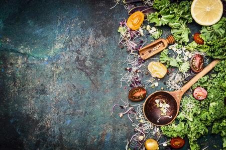 liggande: Färska grönsaker matlagning ingredienser med grönkål, citron och tomater på lantlig bakgrund, ovanifrån, gränsen. Hälsosam mat eller diet näring koncept Stockfoto