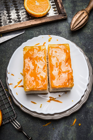 fruit orange: Pastel de naranja con fruta de formación de hielo en la mesa de cocina rústica, vista superior Foto de archivo