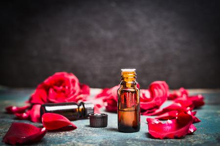 Rosas de aceite esencial de los productos cosméticos, tratamientos de aromaterapia, spa o bienestar. Foto de archivo