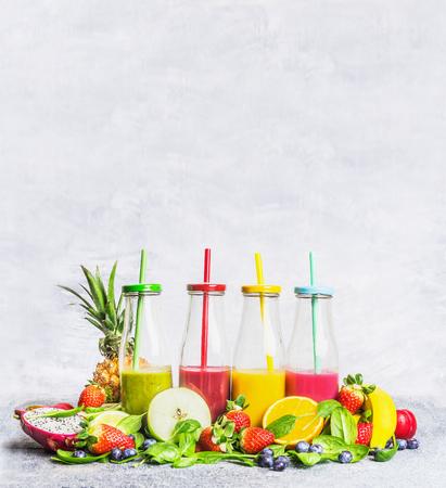 Assortimento di frullati con ingredienti freschi per la miscelazione su fondo in legno chiaro, vista laterale. Superfoods e concetto dell'alimento di dieta della disintossicazione o di salute.