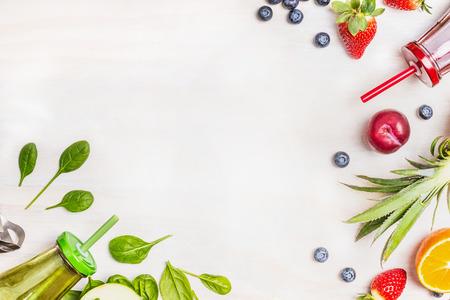 comida: Smoothies e ingredientes frescos no fundo de madeira branco, vista superior. Saúde ou conceito do alimento da dieta de desintoxicação.
