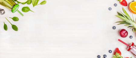 nutricion: Smoothie botellas verdes y rojas con ingredientes frescos para la mezcla en el fondo blanco de madera, vista desde arriba, la bandera. Súper alimentos y la salud o la dieta de desintoxicación concepto de alimentos. Foto de archivo
