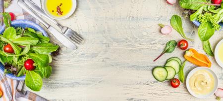 ライフスタイル: 明るい素朴な背景、平面図、バナー vaus グリーン有機サラダ食材。健康的なライフ スタイルやデトックスのダイエット食品のコンセプト