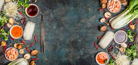 Azjatyckiego żywności z Vaus gotowania składników na rustykalnym tle, widok z góry, transparent. Asian food concept: kuchnia chińska lub tajski.