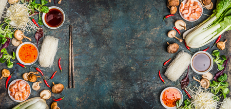 Fondo de la comida asiática con varios de los ingredientes de cocina en el fondo rústico, vista desde arriba, bandera. Concepto de comida asiática: la cocina china o tailandesa.
