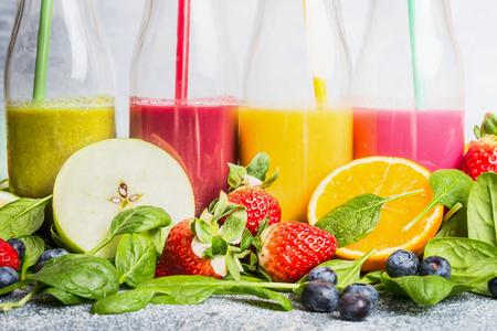 licuado de platano: Cierre de batidos de colores con diferentes ingredientes. Súper alimentos y estilo de vida o dieta de desintoxicación concepto de comida sana.