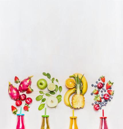 Gesunde Früchte Smoothies mit bunten Zutaten auf weißem Holz Hintergrund, Ansicht von oben, Platz für Text. Superfoods und gesunde Lebensweise oder Detox-Diät-Food-Konzept. Standard-Bild