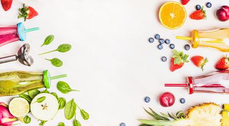 verre de jus d orange: fond mode de vie sain avec Vaus boissons smoothies colorés dans des bouteilles, mixeur et ingrédients sur bois blanc. Detox et le concept de régime alimentaire. Banque d'images
