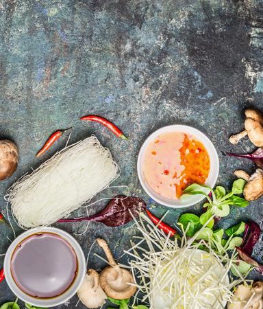 Salsas de chile y de soja dulces con ingredientes de la cocina asiática en el fondo rústico oscuro, vista desde arriba. Concepto de comida china o tailandesa Foto de archivo - 52823999