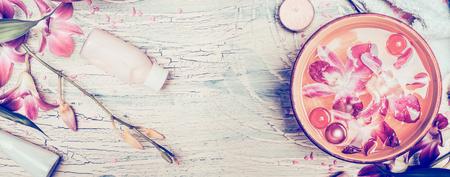 Sfondo spa con fiori di orchidea e strumenti di benessere su shabby chic sfondo di legno, vista dall'alto, banner. pastello tonica Archivio Fotografico
