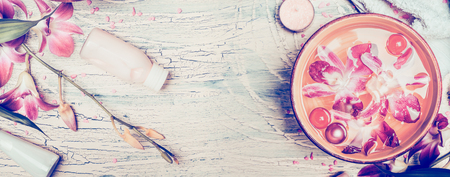 Spa fond avec des fleurs d'orchidées et des outils de bien-être sur fond de bois shabby chic, vue de dessus, la bannière. Pastel tonique Banque d'images