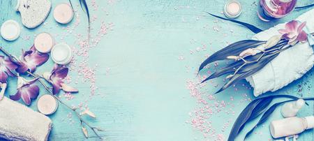 Spa-Einstellung mit Orchideen-Blüten und Körperpflege und Kosmetik-Tools auf Shabby Chic türkisfarbenen Hintergrund, Ansicht von oben, Banner. Wellness-Konzept