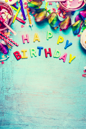 Alles Gute zum Geburtstag Grußkarte mit Party-Tools, Getränke und Konfetti auf Türkis Shabby Chic Hintergrund, Ansicht von oben Platz für Text, Grenze, vertikale Standard-Bild