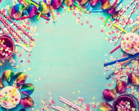 Happy birthday frame. Party tools met taart, drankjes en confetti op turquoise shabby chic achtergrond, bovenaanzicht, plaats voor tekst. Gefeliciteerd met je verjaardag wenskaart Stockfoto