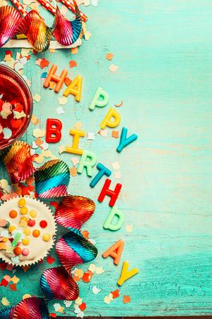 생일 축 하 배경과 레터링, 빨간색 장식, 케이크 및 음료, 상위 뷰, 텍스트, 세로 장소. 축제 인사말 또는 초대 카드