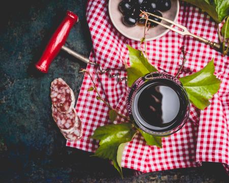 暗いイタリア生活背景、トップ ビューで赤ワインのグラスをクローズ アップ。 イタリア料理 写真素材