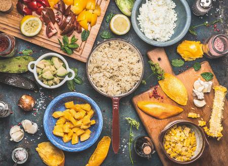 野菜と果物の暗い素朴な背景、トップ ビューで食材を調理キノアのサラダの準備。スーパー フード、健康な食事やビーガン食品コンセプト