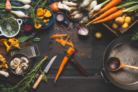 Koken met bos paddenstoelen en groenten ingrediënten en keukengereedschap, voorbereiding op donkere rustieke houten tafel, bovenaanzicht Stockfoto - 59607420