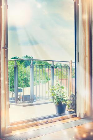 태양 광선은 열린 창문을 통해 방으로 빛 스톡 콘텐츠