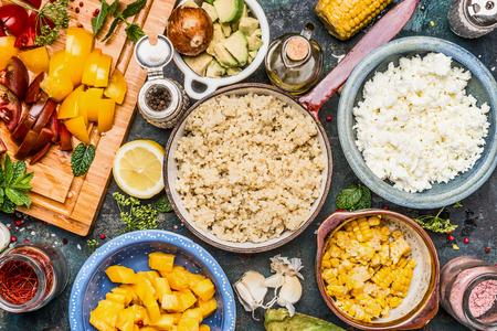 picada: preparación de quinua con verduras picadas cocinar ingredientes en cuencos, vista desde arriba. concepto súper alimento