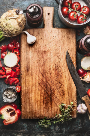 cocina saludable: Healthy food background with aged cutting board,  cooking pot ,vegetables and kitchen knife, top view, frame