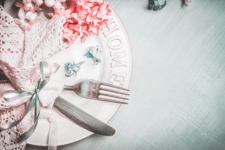 在蓝色桃红色淡色,顶视图,边界的浪漫春天桌设置