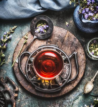 Kräuterteekonzept mit Weinlesewerkzeugen und Glasschale, Draufsicht