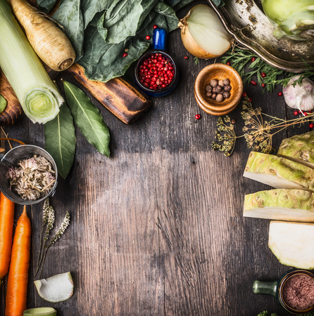 Ingrédients crus de légumes biologiques pour une cuisine saine sur fond en bois rustique, vue de dessus, nourriture paysanne