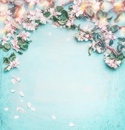 Schöne Frühling Natur Hintergrund mit schönen Blüte, Blütenblatt und Bokeh auf türkisblauem Hintergrund, Draufsicht, Rahmen. Frühjahrskonzept