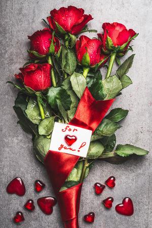 rosas rojas: Hermosas ramo de rosas rojas con lazo y tarjeta de felicitación con el corazón y las letras escritas a mano para ti, vista desde arriba. Símbolo del amor de un día de San Valentín concepto