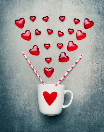bebes lindos: Love and Valentines day greeting card with mug and red hearts Foto de archivo