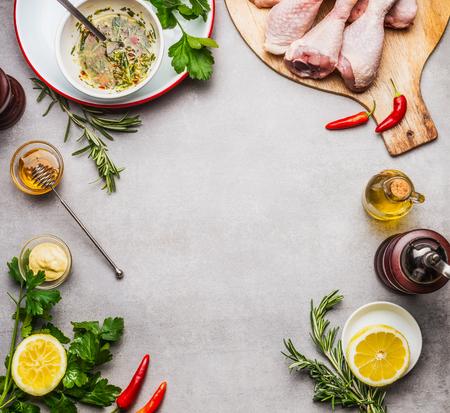 Preparazione di pezzi di pollo con ingredienti della marinata per la griglia o cottura su sfondo grigio, vista dall'alto, telaio