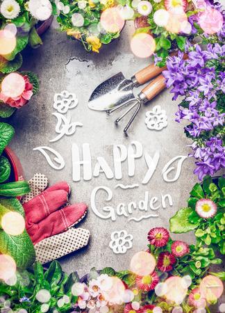 Jardinería de fondo con surtido de flores de jardín colorido en macetas, herramientas y texto manuscrito jardín feliz, vista superior
