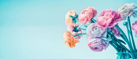 Banner floral turquesa con hermosas flores que florecen en el fondo azul claro, borde floral Foto de archivo - 75813453