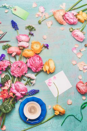 사랑스러운 꽃과 청록색 소박한 배경에 빈 종이 카드의 꽃다발와 커피 잔. 축제 아침 및 인사말, 평면 누워, 상위 뷰