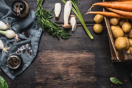 収穫野菜、野菜、じゃがいもと暗い背景の素朴な木、上面図、テキスト、きのこと秋の季節食材のボーダーします。 写真素材