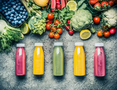 様々 な新鮮な食材とカラフルなスムージーやジュースのボトル飲料のさまざまな飲み物: 果物、果実、野菜灰色のコンクリート背景の上面図。 健康食品のコンセプト 写真素材 - 78252115