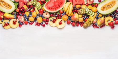 Varietà di frutti biologici colorati e bacche su sfondo bianco della tabella, vista dall'alto, bordo. Cibo sano e concetto di alimentazione vegetariana Archivio Fotografico - 80446746