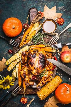 박제 전체 칠면조 또는 유기 수확 야채와 호박 및 추수 감사절 저녁 식사를위한 호박 소박한 도마가, 상위 뷰 스톡 콘텐츠
