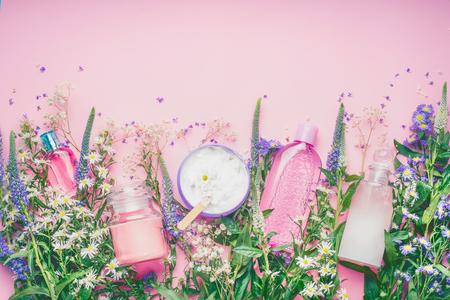 Regolazione cosmetica naturale dei prodotti con le erbe e fiori freschi su fondo rosa, vista superiore, confine. Concetto di bellezza, pelle o corpo Archivio Fotografico - 81712397