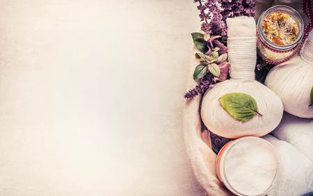 Kuuroord of wellnessachtergrond met kruidenmateriaal voor massage en ontspannende behandeling, hoogste mening Stockfoto