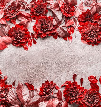 Bei fiori creativi di autunno e foglie di struttura di struttura su fondo di pietra grigio . Modello floreale secco , vista dall & # 39 ; alto . Vista dall & # 39 ; alto Archivio Fotografico - 87414905
