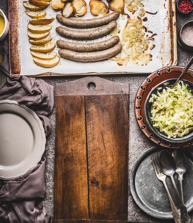 베이킹 사과, 양파와 호 밀 롤빵 토스트와 함께 베이킹 트레이에 튀긴 소시지는 하얀 도중 샐러드, 플레이트, 칼 붙이 및 절단 보드, 상위 뷰, 텍스트를