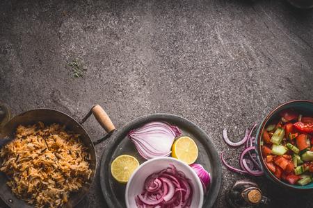 Arroz vegetariano en pote con la ensalada en el fondo de piedra gris, visión superior. Comida sana y limpia y concepto de alimentación. Foto de archivo - 87862203