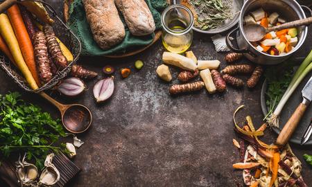 건강 한 뿌리 채소 요리와 개념을 먹고. 나이프와 냄비 어두운 부엌 테이블 배경, 상위 뷰 다양 한 야채. 채식 요리