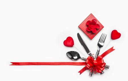 Coffret et coeurs sur fond blanc, bannière. Mise en page pour l'invitation ou l'anniversaire de dîner de valentines, banquet, célébrité Banque d'images - 90882570